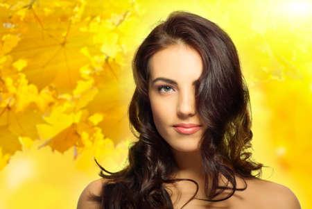 cabello rubio: Mujer sana joven sobre fondo oto�al