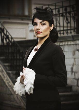 vestidos de epoca: Mujer joven en traje de estilo retro (versión antigua) Foto de archivo