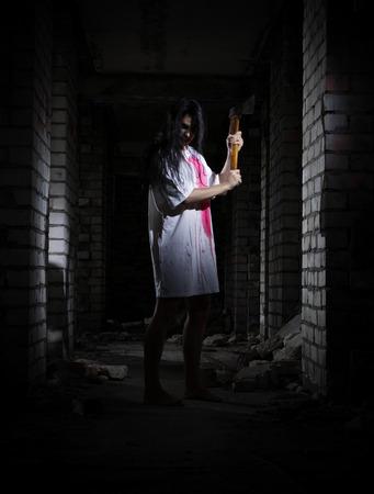 ragazze a piedi nudi: Zombie ragazza nell'antica casa
