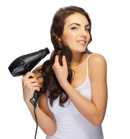 Chica joven con secador de pelo aislado