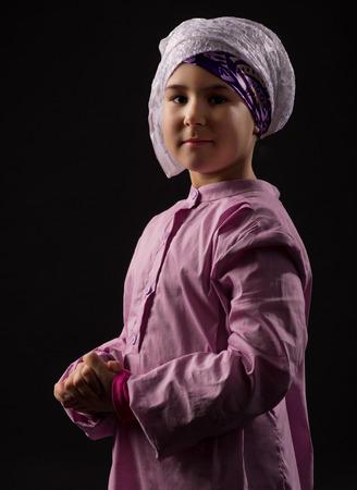 petite fille musulmane: Petite fille dans des vêtements musulmans traditionnels Banque d'images