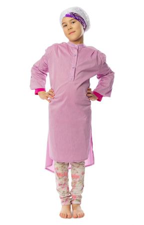 petite fille musulmane: Petite fille dans des vêtements traditionnels musulmans isolés