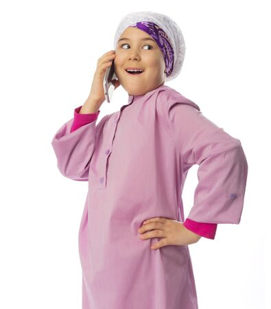 petite fille musulmane: Petite fille musulmane avec un téléphone mobile isolé