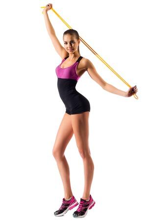 Jeune fille sportive avec une corde à sauter isolé