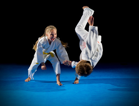 Kinder Kampfkunst Kämpfer isoliert Standard-Bild - 64879924