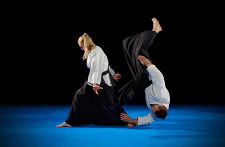 Martial Arts-Kämpfer isoliert auf schwarz