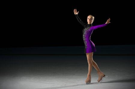 Junges Mädchen, Eiskunstläufer (auf Eisarena ver)