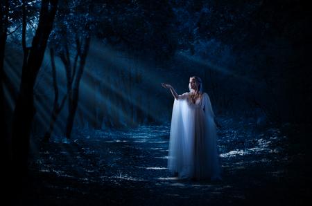 Elven Mädchen im Wald Standard-Bild