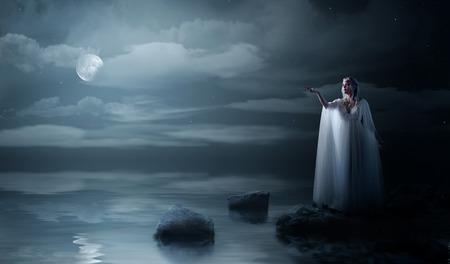 Elven meisje aan zee kust