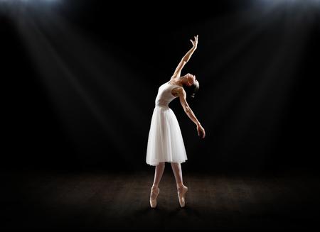 Jovem bailarina (em versão teatral) Foto de archivo - 92319689