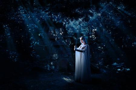 夜の森の中で若いエルフの女の子 写真素材 - 108574493