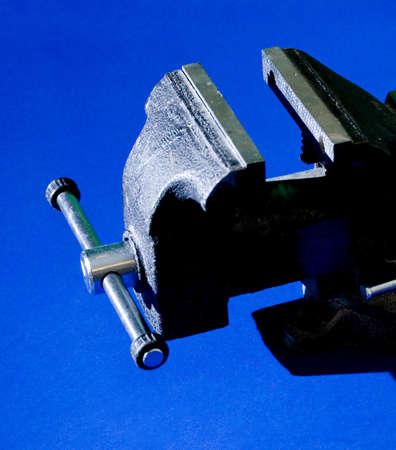 vise: Una visi�n parcial de un tornillo de banco con las fauces abiertas