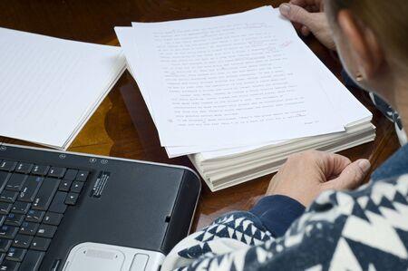 Een auteur studeren proeflezers merken op haar manuscript. Stockfoto