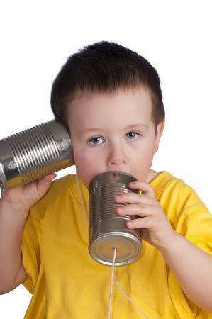 Niño jugando con cadena walkie-talkie, hecha de latas de estaño y de la cadena. Foto de archivo - 6342295