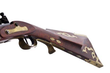 flint gun: Close up vista de un fusil de bloqueo de pedernal y el lat�n incrustaciones y grabados sobre el caldo. Foto de archivo