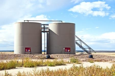 yacimiento petrolero: Lugar tanques para contener el aceite crudo como se bombea y se trata para eliminar el agua.