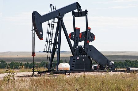 jack pump: Working pump jack pulling crude oil out of an oil well in Colorado, USA
