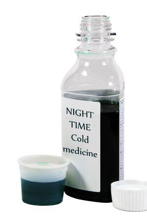 dosaggio: Oltre il contatore notturno medicina freddo in una tazza dosaggio. Isolato su sfondo bianco