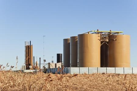 yacimiento petrolero: Los tanques de almacenamiento y tratadores para separar el agua del crudo o condensado de gas natural en el centro de Colorado, EE.UU. Foto de archivo