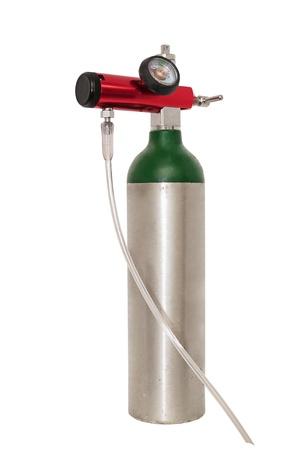 oxigeno: Pequeño cilindro de oxígeno portátil para los pacientes con enfisema móviles, también se utilizan para tratar la EPOC y el asma. Aislado en blanco con un trazado de recorte. Foto de archivo