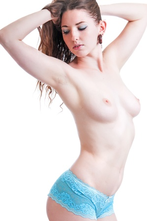 Симпатичная брюнетка девушка в белых трусиках и обнаженной грудью, изолированных на белом фоне.