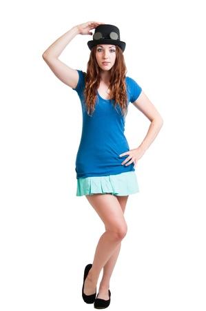 steampunk goggles: Chica joven bonita en una falda corta con un sombrero de vapor-punk con gafas. Aislado contra un fondo blanco