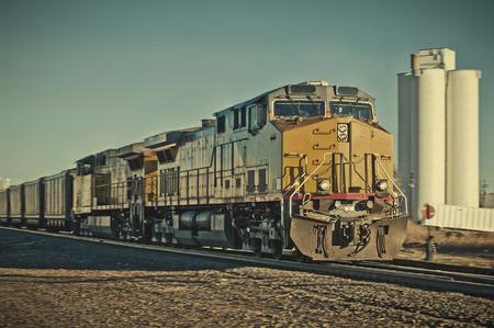 농촌 콜로라도 마를 통과하는화물 열차.