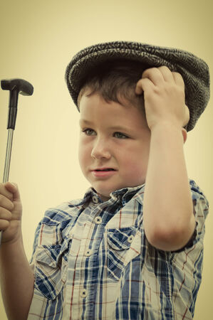 Niño pequeño lindo preguntándose cómo desordenado ese último putt. Foto de archivo - 36368580