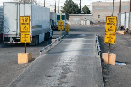 Tirer un camion chargé sur la balance pour vérifier le poids des essieux afin de s'assurer que le poids est correctement réparti sur les essieux du camion et de la remorque.