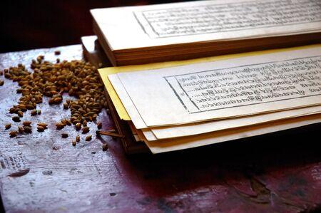 rituales: Cierre de foto de una tradicional tibetano libro dedicado a la oraci�n, con las semillas de cereales utilizados en los rituales de la religi�n.  Foto de archivo