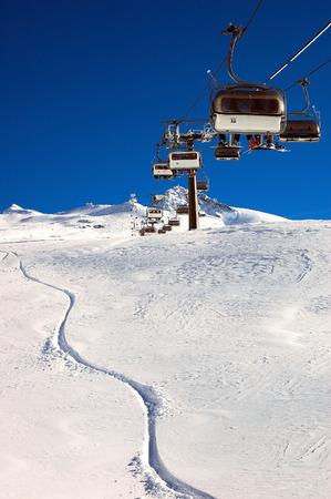 Télésiège et aux pistes de ski, en haute montagne, hiver, domaine skiable, Zermatt; suisse.  Banque d'images - 1685606