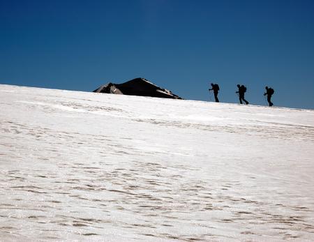 arri�re-pays: Groupe de skieurs hors piste (ski de randonn�e), les Alpes � l'ouest, Europe.