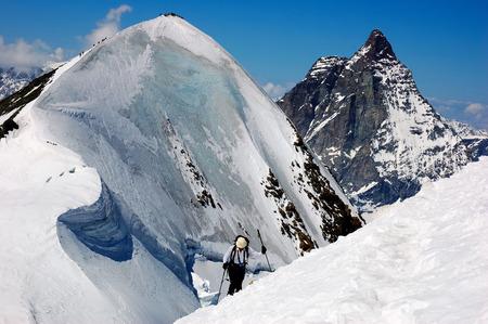 arri�re-pays: Groupe de l'arri�re-skieurs (ski de randonn�e), � fond le Cervin, � l'ouest des Alpes, l'Europe.