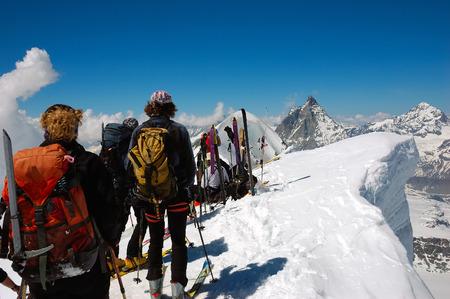 arri�re-pays: l'arri�re-skiesr (ski de randonn�e) sur le fond, le Cervin, � l'ouest des Alpes, l'Europe.