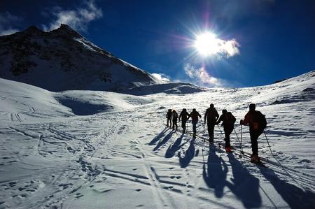 arri�re-pays: Groupe de l'arri�re-skieurs (ski de randonn�e), � l'ouest des Alpes, l'Europe.