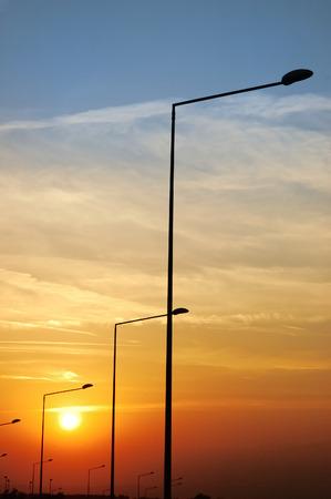 lampposts: Faroles de la carretera en un c�lido el cielo al atardecer