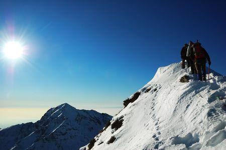 Gruppe Bergsteiger, die eine Bergkante, Westalpen klettern Standard-Bild - 1798420
