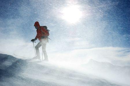 arri�re-pays: Un skieur nordique solitaire atteint le sommet de la montagne pendant une temp�te de neige, orientation horizontale Banque d'images