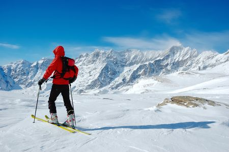 arri�re-pays: A lonely backcountry skier in a sunny winter day, alpine scenic, horizontal orientation                                     Banque d'images