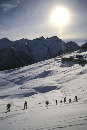 arri�re-pays: Groupe de randonneurs � ski (ski de randonn�e), � l'ouest Alpes, l'Europe.  Banque d'images