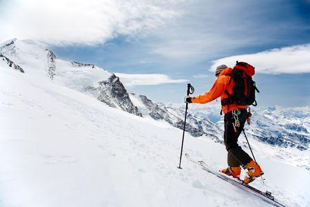 skieer: Lone Alpine Touring Skier op het grote sweetnae Glacier; op de achtergrond de toppen van Castore en Polluce. Monterosa, Zwitsers-Italiaanse grens. Stockfoto