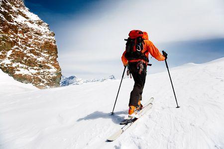 Lone Alpine Skier Touring. Monterosa, Zwitsers-Italiaanse grens.