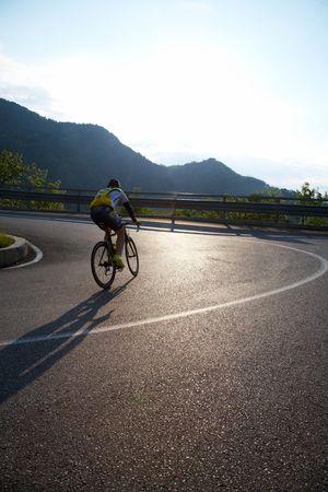 en mont�e: Cycliste �quitation mont�e sur une route de montagne, de l'Italie