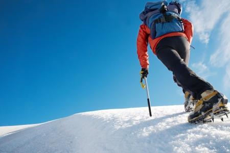 climber: Alleenstaande mannelijke bergbeklimmer het beklimmen van een besneeuwde bergkam, de Mont Blanc, Europa. Stockfoto