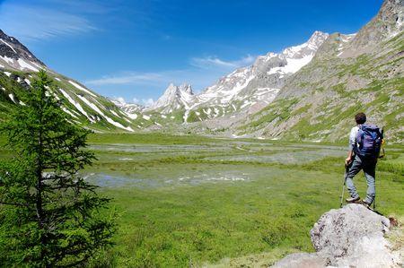 courmayeur: Hombre caminante disfrutar de las vistas sobre el bello paisaje del lago Combal, Val Veny, Courmayeur, Italia