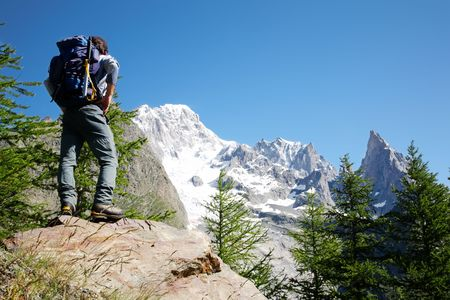Travel Backpack: Los chicos caminante en busca Mont Blanc cara sur; Mont Blanc, italiano, Courmayeur, Italia.