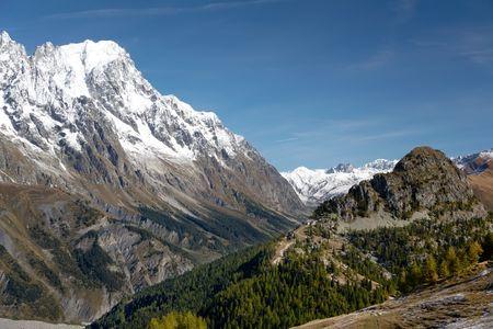 courmayeur: Verano de vista de los picos nevados en un valle alpino. Gran Jourasses (macizo de Mont Blanc), Val Veny, Courmayeur, Italia.