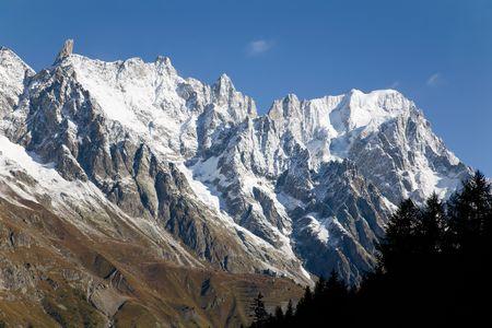 courmayeur: Oto�o vista de los picos nevados en un valle alpino. Gran Jourasses (macizo de Mont Blanc), Val Veny, Courmayeur, Italia.