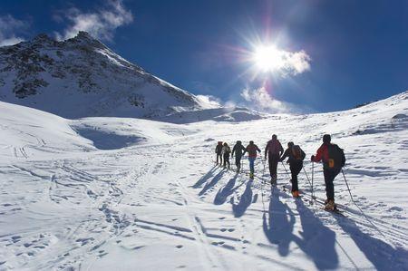 Grupa szlakiem narciarzy (Skialpinizm), zachodniej Alp, Europa.