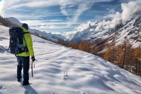 courmayeur: Exploraci�n concepto: un solitario caminante en el desierto. Macizo del Mont Blanc, Val Ferret, Courmayeur, Valle d'Aosta, Italia.